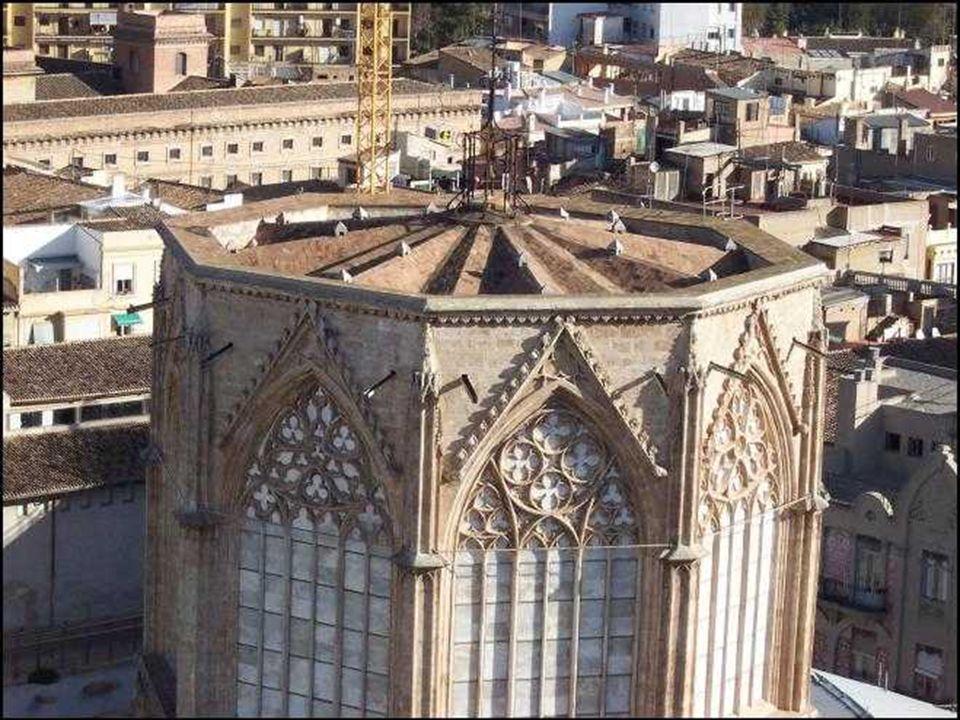 El Cimborrio, de estilo gótico ( siglo 14 – 15)está formado por un prisma octogonal de dos cuerpos superpuestos, con ocho ventanales de fina tracería