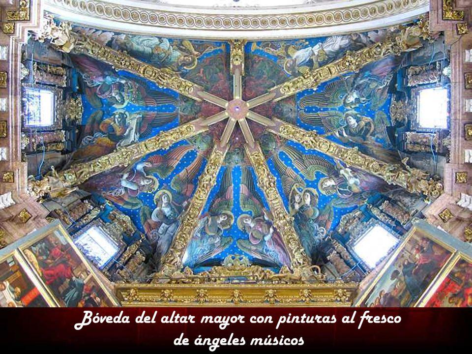 Altar mayor de planta poligonal, cubierto con una bóveda de seis nervios