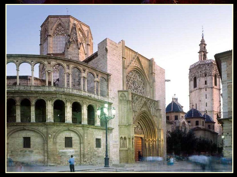 La puerta de L Almoina (limosna en valenciano, por la cercanía a la casa donde se daba socorro a los menesterosos) o puerta del Palau por estar cerca del Palacio Arzobispal, o sencillamente la puerta románica, es una puerta de estilo románico en una catedral gótica.