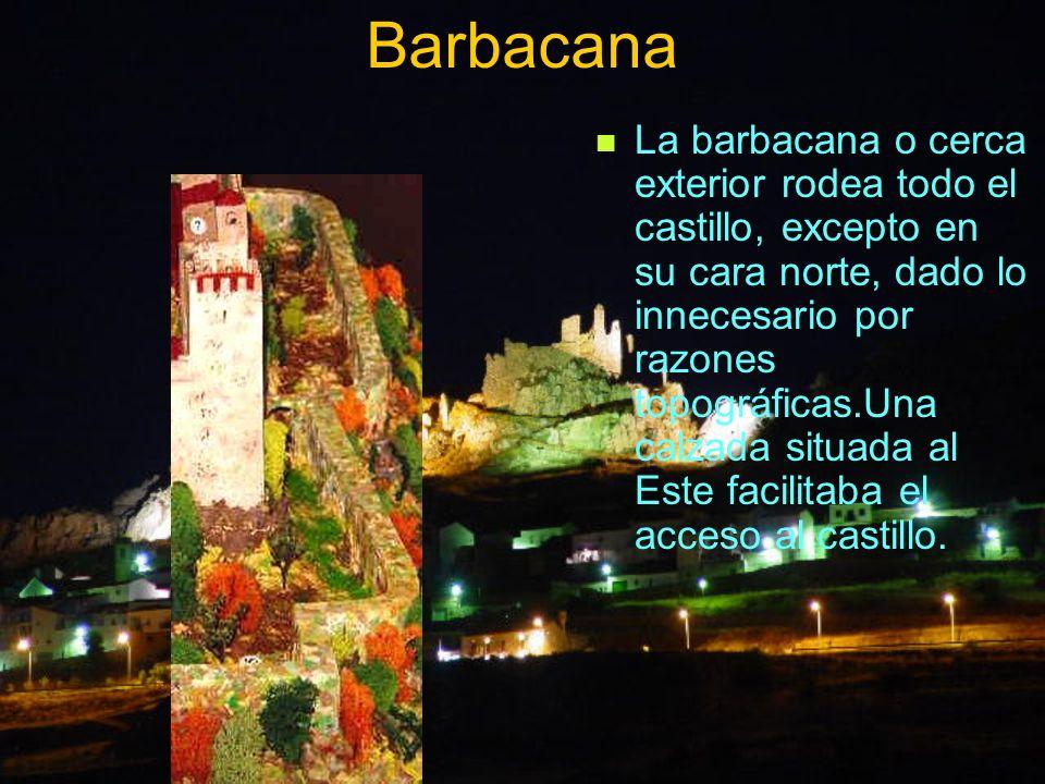 Barbacana La barbacana o cerca exterior rodea todo el castillo, excepto en su cara norte, dado lo innecesario por razones topográficas.Una calzada sit