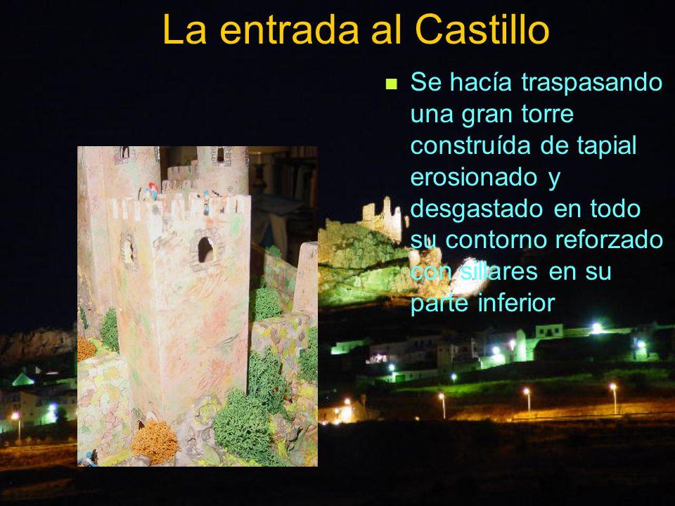 La entrada al Castillo Se hacía traspasando una gran torre construída de tapial erosionado y desgastado en todo su contorno reforzado con sillares en