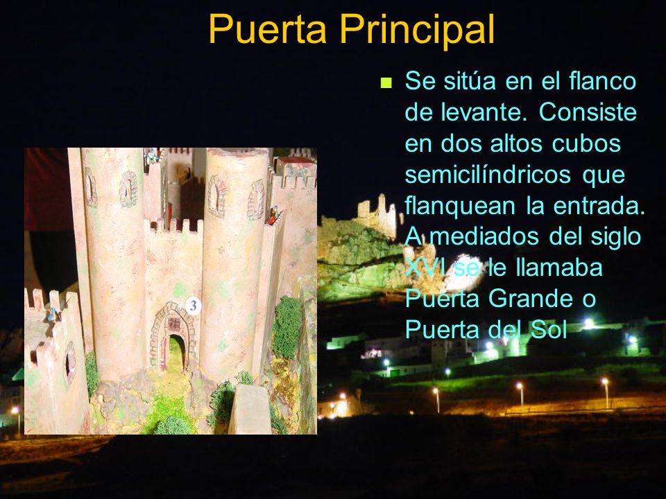 Puerta Principal Se sitúa en el flanco de levante. Consiste en dos altos cubos semicilíndricos que flanquean la entrada. A mediados del siglo XVI se l