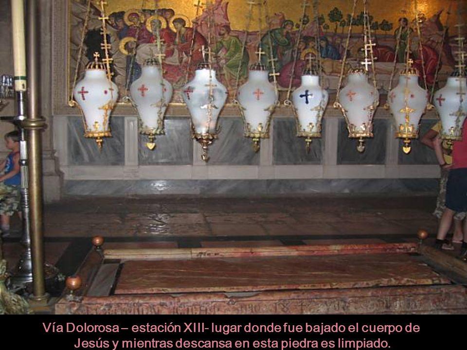 Vía Dolorosa – estación XIII- lugar donde fue bajado el cuerpo de Jesús y mientras descansa en esta piedra es limpiado.