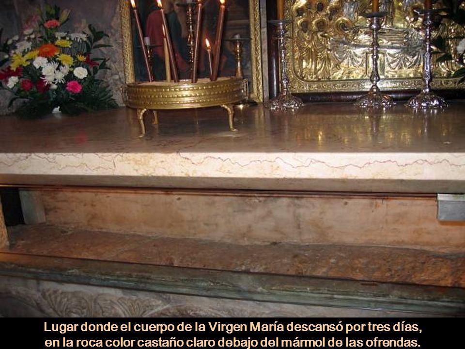 Lugar donde el cuerpo de la Virgen María descansó por tres días, en la roca color castaño claro debajo del mármol de las ofrendas.