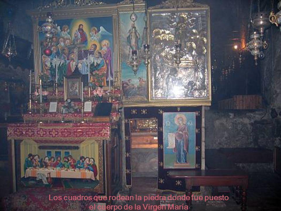 Los cuadros que rodean la piedra donde fue puesto el cuerpo de la Virgen María