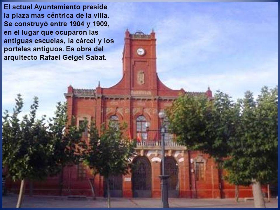 El actual Ayuntamiento preside la plaza mas céntrica de la villa.