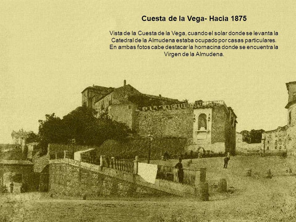 Cuesta de la Vega- Hacia 1875 Vista de la Cuesta de la Vega, cuando el solar donde se levanta la Catedral de la Almudena estaba ocupado por casas part