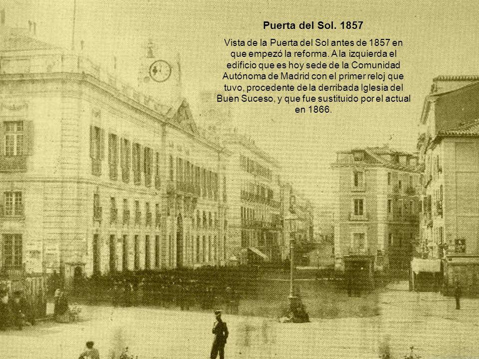 Puerta del Sol. 1857 Vista de la Puerta del Sol antes de 1857 en que empezó la reforma. A la izquierda el edificio que es hoy sede de la Comunidad Aut