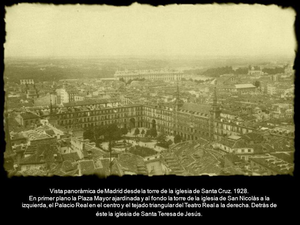 Vista panorámica de Madrid desde la torre de la iglesia de Santa Cruz. 1928. En primer plano la Plaza Mayor ajardinada y al fondo la torre de la igles