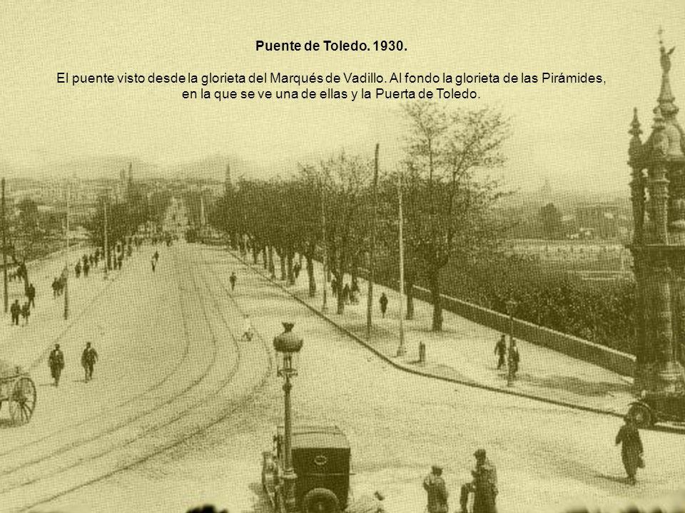 Puente de Toledo. 1930. El puente visto desde la glorieta del Marqués de Vadillo. Al fondo la glorieta de las Pirámides, en la que se ve una de ellas
