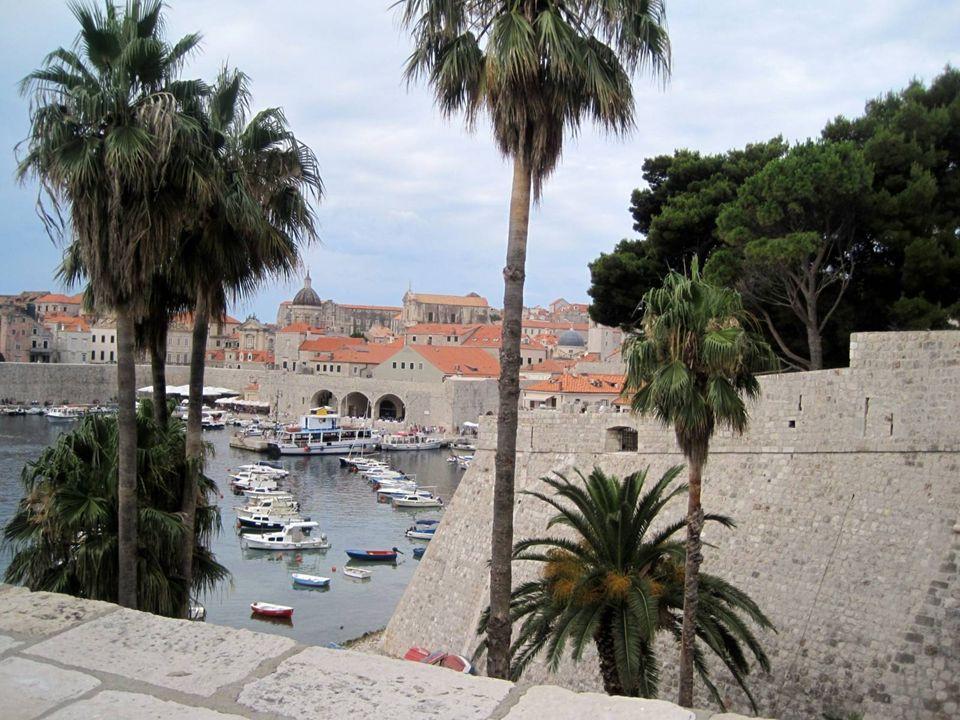 Las murallas Las murallas que rodean Dubrovnik nos hacen sentir como si viviéramos en tiempos pasados, en una ciudad amurallada que rebosa de esplendo