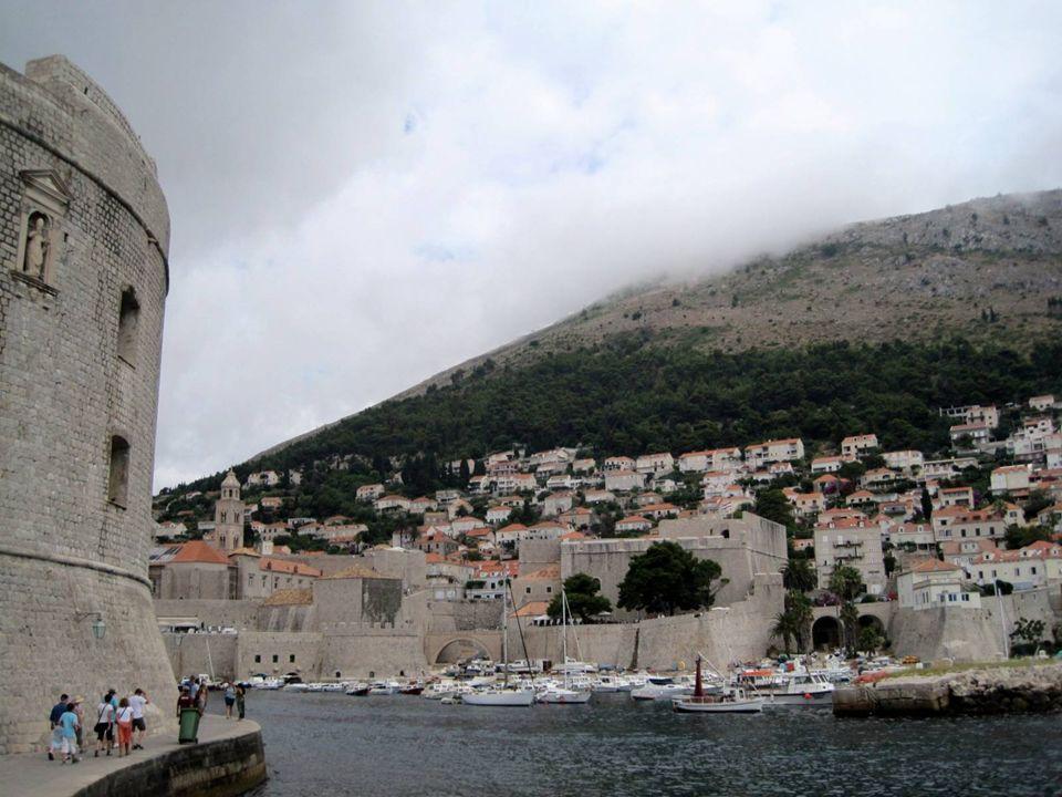 Puerto viejo de Dubrovnik El puerto viejo y en especial sus muelles y astilleros era una de las zonas más vulnerable a los ataques exteriores, aunque