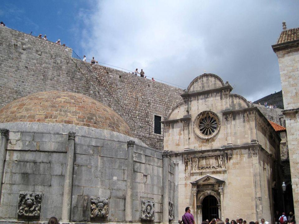 Gran fuente de Onofrio Bautizada con el nombre de su creador, esta fuente fue en el pasado el principal punto de abastecimiento de agua de la ciudad.