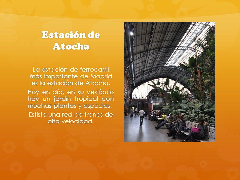 Estación de Atocha La estación de ferrocarril más importante de Madrid es la estación de Atocha. Hoy en día, en su vestíbulo hay un jardín tropical co