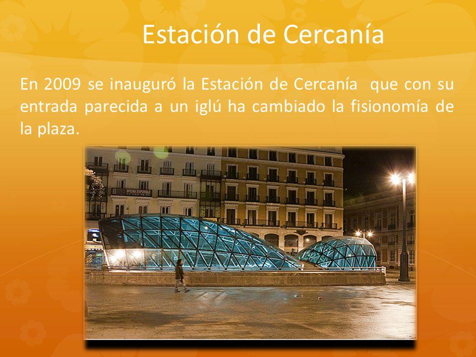 En 2009 se inauguró la Estación de Cercanía que con su entrada parecida a un iglú ha cambiado la fisionomía de la plaza. Estación de Cercanía