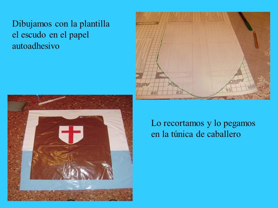 Dibujamos con la plantilla el escudo en el papel autoadhesivo Lo recortamos y lo pegamos en la túnica de caballero