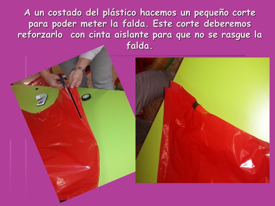 A un costado del plástico hacemos un pequeño corte para poder meter la falda. Este corte deberemos reforzarlo con cinta aislante para que no se rasgue