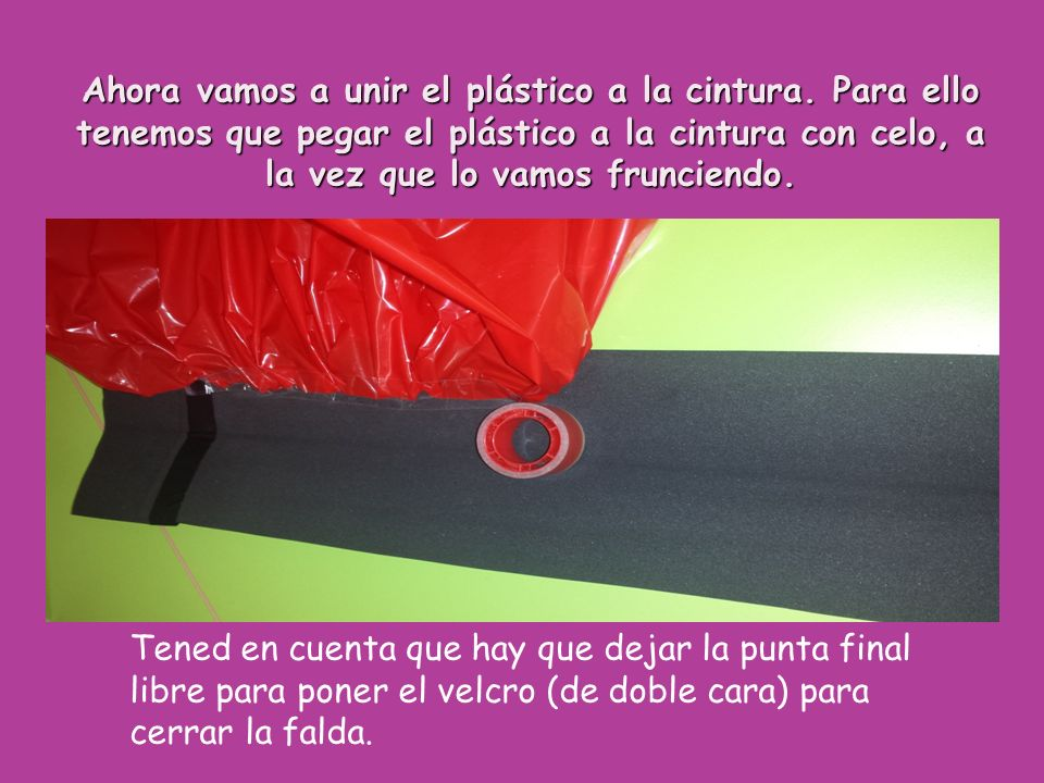 Ahora vamos a unir el plástico a la cintura. Para ello tenemos que pegar el plástico a la cintura con celo, a la vez que lo vamos frunciendo. Tened en