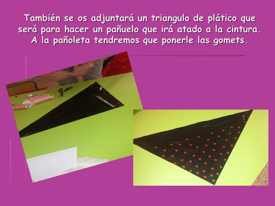 También se os adjuntará un triangulo de plático que será para hacer un pañuelo que irá atado a la cintura. A la pañoleta tendremos que ponerle las gom