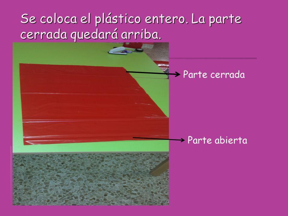 A un costado del plástico hacemos un pequeño corte para poder meter la falda.