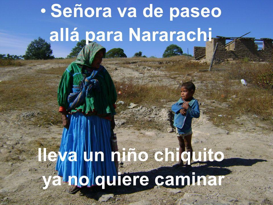 Señora va de paseo allá para Nararachi lleva un niño chiquito ya no quiere caminar