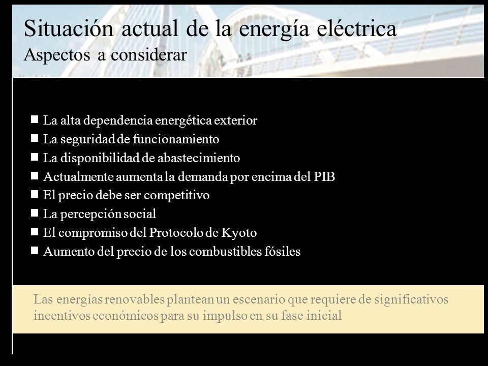 Retos aparentemente contradictorios Mantenimiento de un suministro eléctrico con: - seguridad de funcionamiento - estabilidad de precios - calidad del servicio La situación mundial de los combustibles fósiles: - Precios al alza - Alta dependencia española del suministro exterior Compromisos españoles en el protocolo de Kyoto - +15 pero +40 ya en el 2004 Necesidad de cambiar a un nuevo modelo energético sostenible basado en: - + Ahorro + eficiencia + energía renovable Necesidad de disponer de un fondo económico suficiente para incentivar la investigación y la implementación de todas las energías renovables - Sin ayudas públicas adecuadas el desarrollo de las energías renovables puede ser un objetivo irrealizable en la práctica
