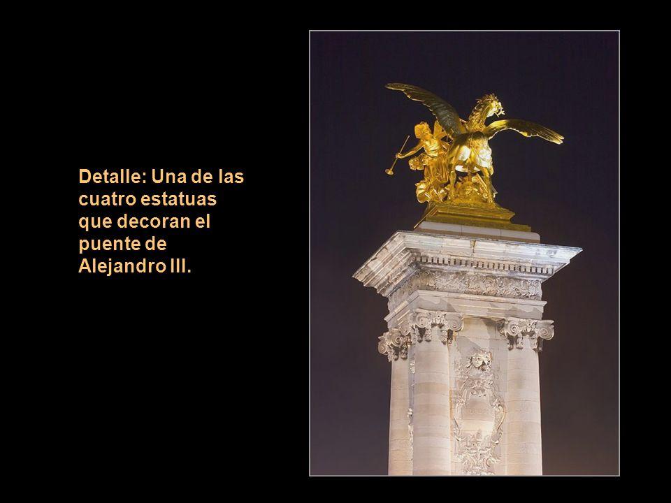 Detalle: Una de las cuatro estatuas que decoran el puente de Alejandro III.