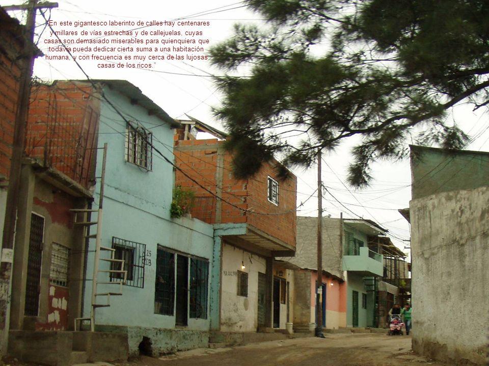 En este gigantesco laberinto de calles hay centenares y millares de vías estrechas y de callejuelas, cuyas casas son demasiado miserables para quienqu