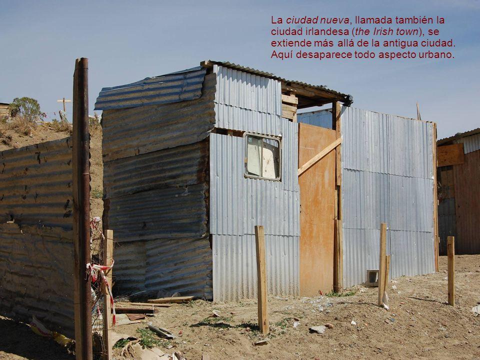 Hileras aisladas de casas, o formando un conjunto de calles, se elevan por trechos como pequeñas aldeas, sobre el suelo de arcilla desnudo, donde ni el césped crece.