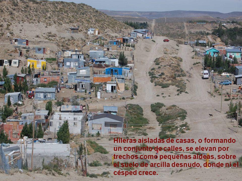 Hileras aisladas de casas, o formando un conjunto de calles, se elevan por trechos como pequeñas aldeas, sobre el suelo de arcilla desnudo, donde ni e