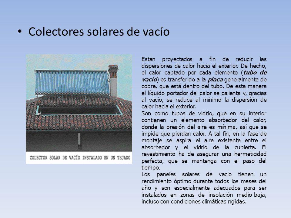 TIPOS DE PANELES SOLARES Colectores solares planos con cubierta El panel solar clásico (colector plano con cubierta) absorbe la energía del sol a través de: Un absorbedor, formado por una lamina parecida a un radiador, en su interior hay un haz de tubos en los que pasa el fluido portador del calor del circuito primario destinado a ser calentado por el sol.
