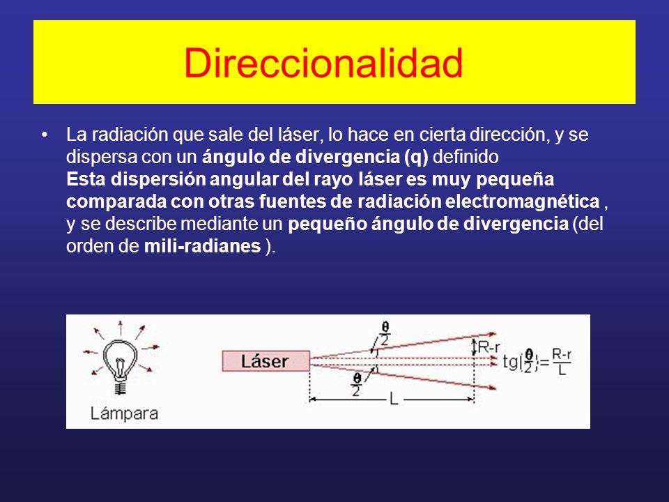 Direccionalidad La radiación que sale del láser, lo hace en cierta dirección, y se dispersa con un ángulo de divergencia (q) definido Esta dispersión angular del rayo láser es muy pequeña comparada con otras fuentes de radiación electromagnética, y se describe mediante un pequeño ángulo de divergencia (del orden de mili-radianes ).