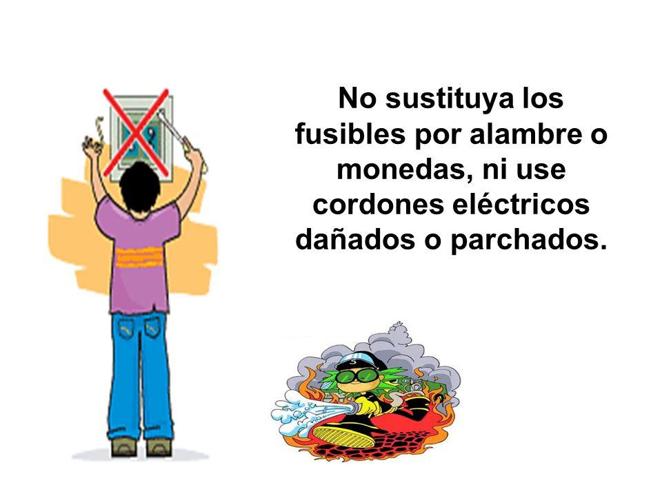 No sustituya los fusibles por alambre o monedas, ni use cordones eléctricos dañados o parchados.