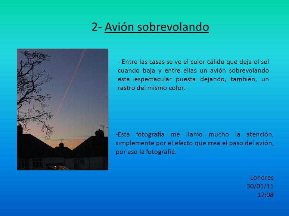 2- Avión sobrevolando - Entre las casas se ve el color cálido que deja el sol cuando baja y entre ellas un avión sobrevolando esta espectacular puesta