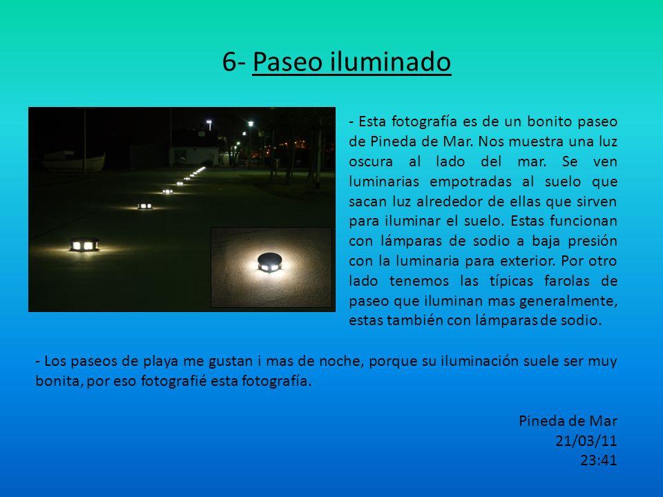 6- Paseo iluminado - Esta fotografía es de un bonito paseo de Pineda de Mar. Nos muestra una luz oscura al lado del mar. Se ven luminarias empotradas