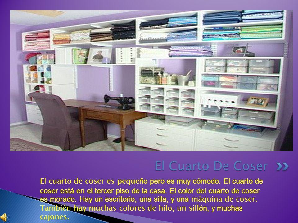 El cuarto de coser es peque ño pero es muy cómodo. El cuarto de coser está en el tercer piso de la casa. El color del cuarto de coser es morado. Hay u