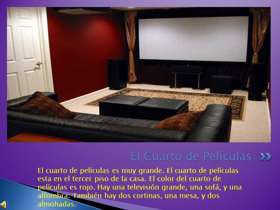 El cuarto de películas es muy grande. El cuarto de películas esta en el tercer piso de la casa. El color del cuarto de películas es rojo. Hay una tele