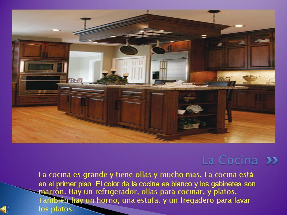 La cocina es grande y tiene ollas y mucho mas. La cocina est á en el primer piso. El color de la cocina es blanco y los gabinetes son marrón. Hay un r