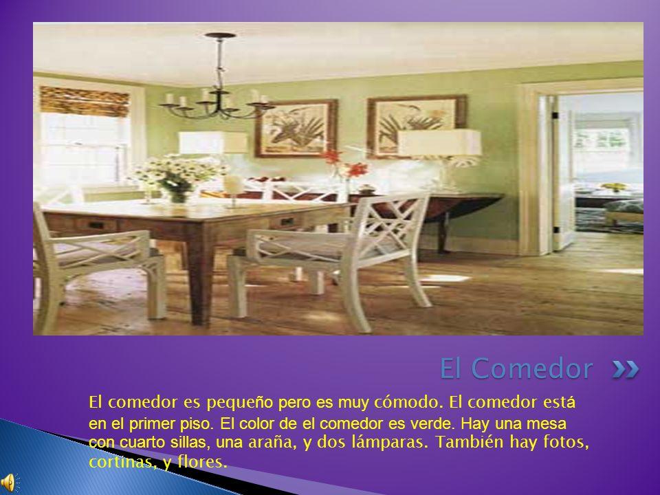 El comedor es peque ño pero es muy cómodo. El comedor est á en el primer piso. El color de el comedor es verde. Hay una mesa con cuarto sillas, una ar