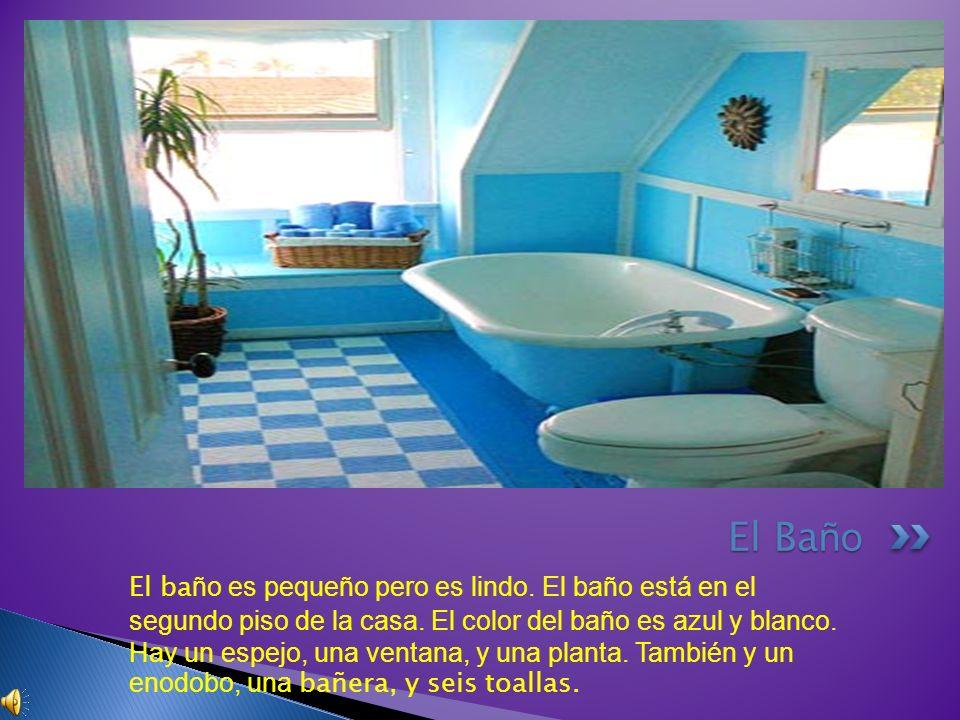 El ba ño es pequeño pero es lindo. El baño está en el segundo piso de la casa. El color del baño es azul y blanco. Hay un espejo, una ventana, y una p