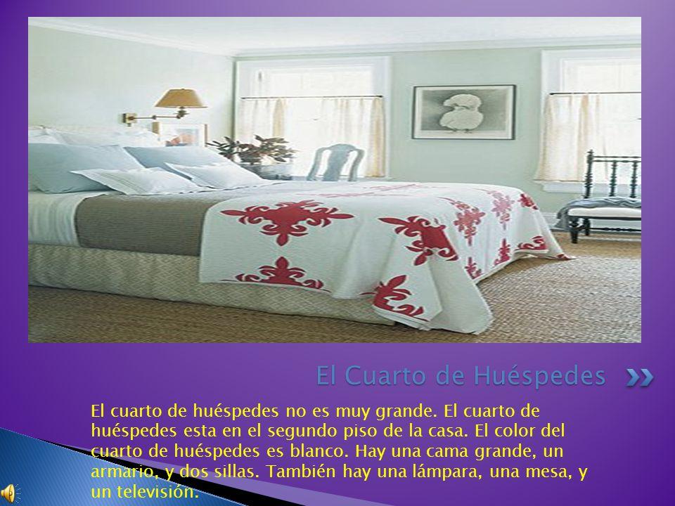 El cuarto de huéspedes no es muy grande. El cuarto de huéspedes esta en el segundo piso de la casa. El color del cuarto de huéspedes es blanco. Hay un