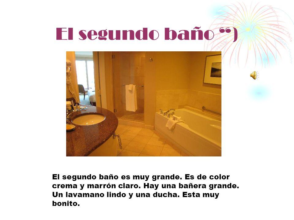 El dormitorio ) El dormitorio es grande. Los paredes del dormitorio es rosado. Pero la muebles son colores negra y crema oscoro. Hay una cama grande,