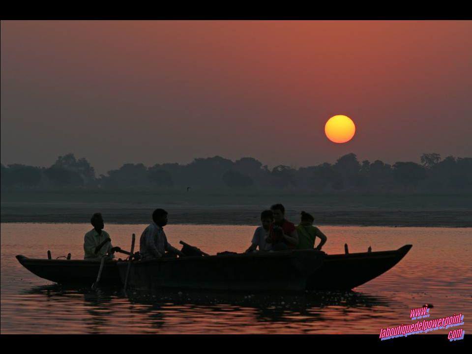 Diyas flotando en el Ganges al amanecer