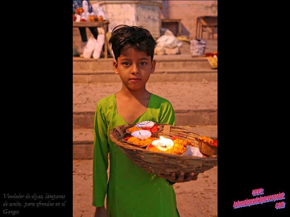 Vendedor de diyas, lámparas de aceite, para ofrendas en el Ganges