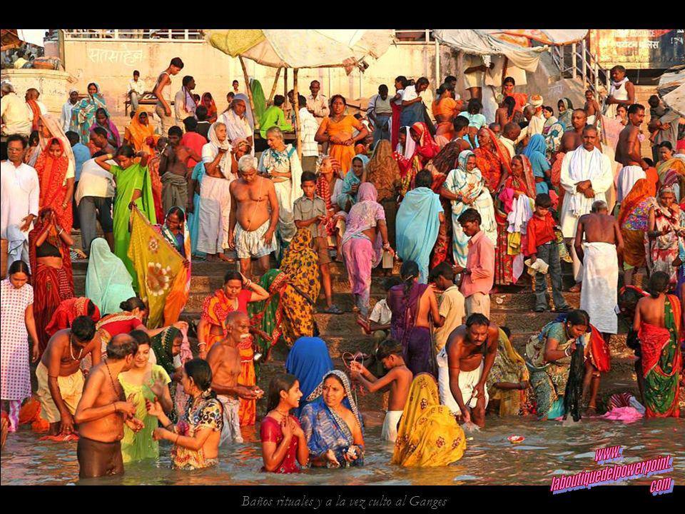 Ghat Dasashvamedha, el ghat principal de Varanasi, al amanecer