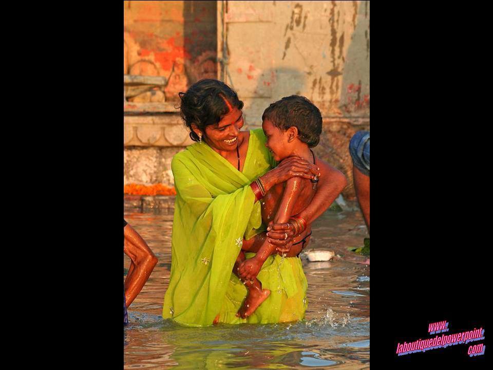 Los difuntos se sumergen en el Ganges antes de la cremación