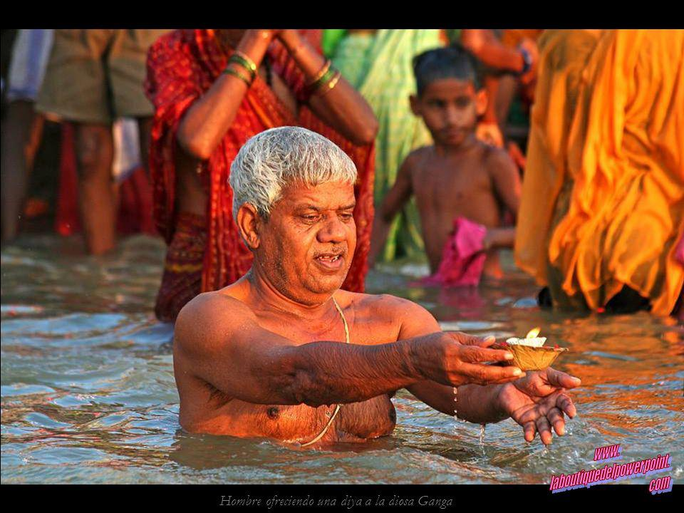 Hombre ofreciendo una diya a la diosa Ganga