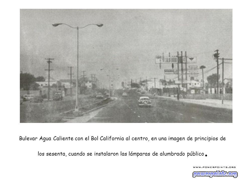 Bulevar Agua Caliente con el Bol California al centro, en una imagen de principios de los sesenta, cuando se instalaron las lámparas de alumbrado públ