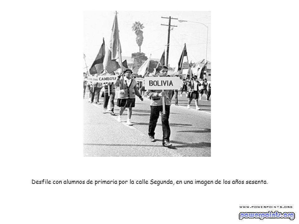 Desfile con alumnos de primaria por la calle Segunda, en una imagen de los años sesenta.