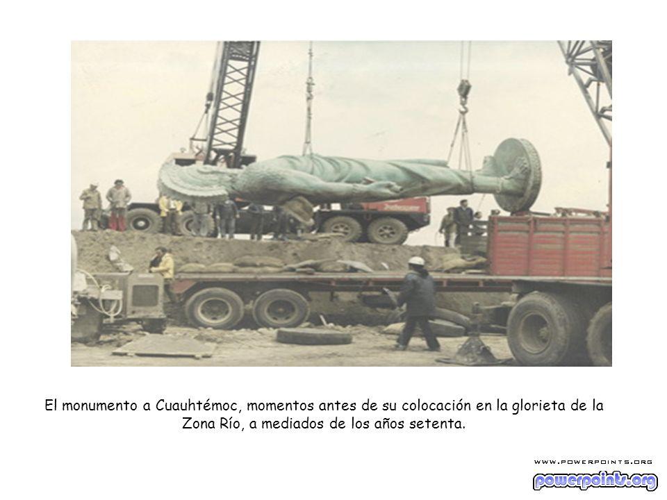 El monumento a Cuauhtémoc, momentos antes de su colocación en la glorieta de la Zona Río, a mediados de los años setenta.